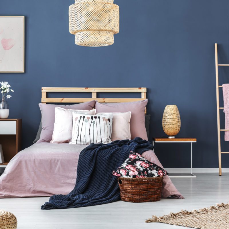 pastel pink bedroom with blue wall_05